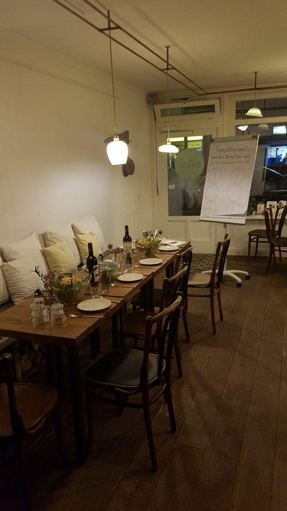 Foto Themenabend im Cafe Brooks, gedeckter Tisch, Flipchart